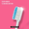 La peau propre et claire avec la méthode de nettoyage de la brosse à dents
