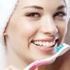 Huit Bad habitudes de brossage qui nuisent à vos dents