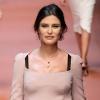 Modèle enceinte Bianca Balti promenades sur la piste à Dolce & Gabbana